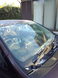 スクレーパーで氷結を取り除いたフロントガラス