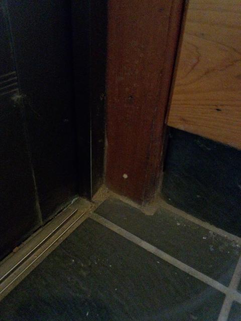 玄関木枠にシロアリ駆除薬剤注入