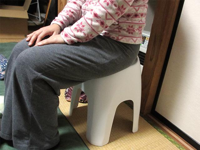 妊婦にお風呂の椅子に座ってもらった
