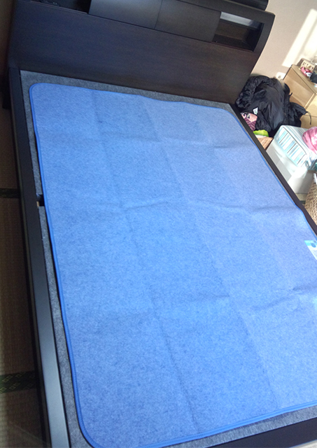 ベッドに除湿パッド